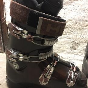 Head MOJO skistøvler, god alsidig skistøvle til både den øvede og nybegynder skiløber. Str 42. For stor til min kæreste derfor salg. Kom og prøv og giv et bud. Brugt ca. 10 skiferier.