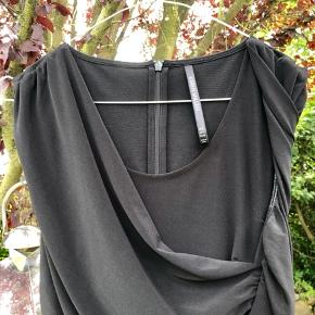 Sort Karen Millen kjole fra 2018 kollektion. Nypris 1600,-kr. Brugt én gang.