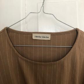 Fin skjorte fra libertin libertin, jacquemus stil. Med justerbart binde bånd.