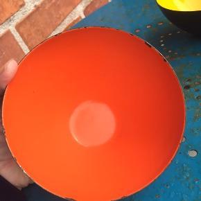 2 flotte gamle originale krenitskåle på 12,5 cm i diameter.   Gul koster 300kr - perfekt stand  -SOLGT !   Orange koster 95kr - små afslag på emalje og lidt i bunden på ydersiden