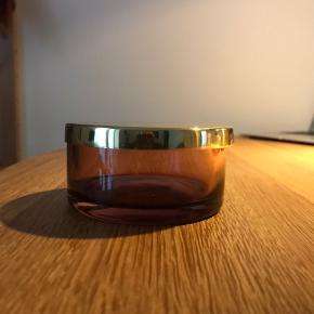 Glasboks i lilla glas med messinglåg Fra AYTM Farven på glasset ses bedst på sidste billede 9,5x4,5cm