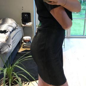 """Sort plisseret kjole, der er """"2-delt"""" (se billede). Medi længde."""