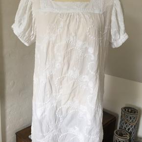 Fineste tunika / bluse i 100 bomuld Den har 2 lommer foran men ude til siderne.   Mærke i nakken er fjernet Den passer er brystvidde på op til 100 cm.