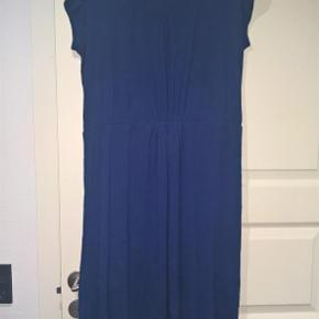 Varetype: Fin kjole :-) Farve: Blå  Fin blå kjole - brugt, men stadig superfin :-)  Længden (målt fra midt på skulder og ned, foran) er ca. 105 cm. Vidden over brystet er (2 x) 53, uden at strække - kan uden problemer give sig (2 x) 3-4 cm yderligere. I taljen måler den (2 x) 44 cm, men stykket er elastisk (der er en elastik på indersiden af taljen, hvor kjolen skærer på midten)