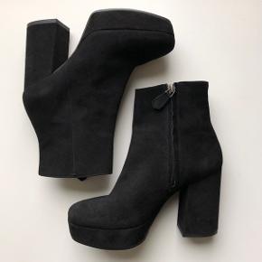 Lækreste høje støvler i blødt ruskind fra Billi Bi. Er købt for 2 måneder siden  Kun brugt en enkelt gang  Nypris 1.499,00 DKK Bytter ikke  Se også mine andre annoncer 😊