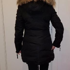 """PJS parajumpers Dunjakke"""" Ikke ægte! Deraf prisen.  Lækker dun jakke med ægte pels på hætten. (Pelsen kan tages af) Købt på en ferie så er ret sikker på den ikke er ægte. """"pjs parajumpers Dunjakke"""" Meget meget  varm jakke, har kun været på en håndfuld gange fremstår som ny.  Der står m i jakken, men passes af small lille m. Fast pris. +Fragt."""