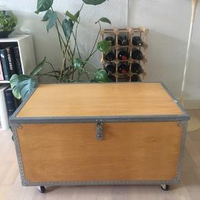 Super anvendeligt sofabord/ opbevaringskasse med hjul. Højde: 45 cm længde 81 cm. Bredde 51 cm.   Kan afhentes i Århus eller leveres i Århus men kun ved forudbetaling.