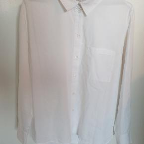Klassisk hvid løstsiddende / loose fit skjorte fra Pieces med brystlomme. Lækker kvalitet. Lavet i bæredygtigt bomuld.