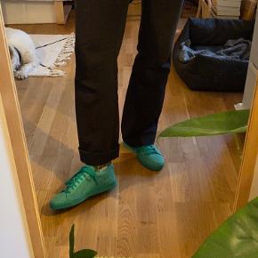 Super fede PUMA Suede Classic i grøn/turkis, brugt få gange men desværre for små til mig. De er små i størrelsen. Der er desværre kommet lidt pletter på snuden af skoen. Kan sendes eller afhentes i Odense C 🌸