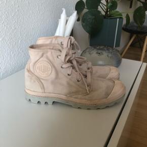 Fede lyserøde palladium sko. Brugt få gange, dog bliver de hurtigt beskidte og trænger til en vask☺️ nypris 500.