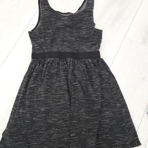 fin kjole str 134/140
