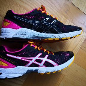 Lækre Gel trainers fra Asics, kun gået i én gang og står derfor helt som nye! Stødabsorberende og meget let og behagelig sko at have på.