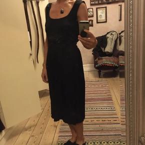 Fin kjole i silke og hør, købt på marked i Berlin. Brugt men pæn stand. Hørkanterne på ærmegab og forneden viser, at den har været vasket. Forneden er kjolen lavet med rå kanter og bieser. LÆngde 110cm.  100kr Kan hentes Kbh V eller sendes for 40kr DAO