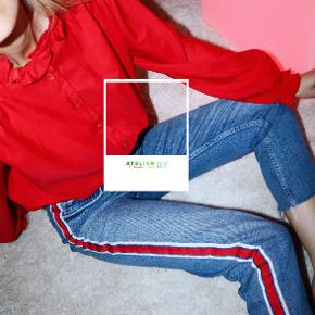 - BENYT 'KØB NU' FUNKTIONEN, VED KØB -  Vintage rød bluse fra Sweetheart. Blusen har en høj hals med flæsekant, lange ærmer med let balloneffekt og gennemgåede knappelukning foran med dekorative knapper.   ○ Mærke: Sweetheart ○ Størrelse: Ukendt, intet indre mærke - ligner dog umiddelbart en str. M (se mål) - Ærmelængde: 63 cm - Skulderbredde: 42 cm - Brystmål: 61 cm - Taljemål: 57 cm - Længde:  66 cm ○ Fit: Normal til løs ○ Stand: Vintage ○ Fejl/Mangler: Ikke umiddelbart ○ Materiale: Ukendt, intet indre mærke