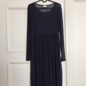 Cool mesh kjole i mørkeblå med bordeaux velour prikker