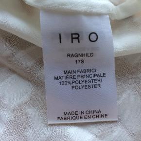 Hvid kort top fra IRO, str 40 - se billedet for en ide om længden på blusen.   Kan sendes/afhentes i Ålsgårde/København K.