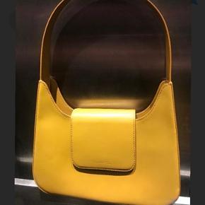 Pæn gul / orange taske fra Lancel i fin stand. Har ridser og brugstegn hist og her, men ingen løse tråde eller lign. Ved ikke hvad np er og bon haves ikke Kan sendes