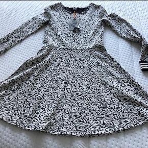 Brand: By Hound Varetype: Kjole Størrelse: 14år Farve: Sort / hvid  Lækker kjole fra By Hound.  Størrelsen hedder XL - vi mener den svarer til str. 14 år.  Ny med tags - aldrig brugt.  Kom med et bud, jeg er ikke til byttehandler.