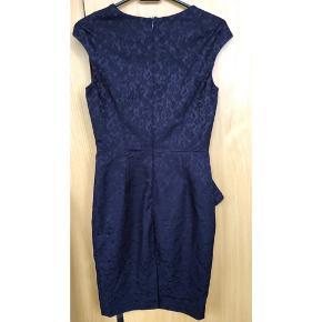 Lækker jacquardvævet kjole med Peplum/peplumkjole i blommefarvet. Kun brugt 2 gange, som ny.