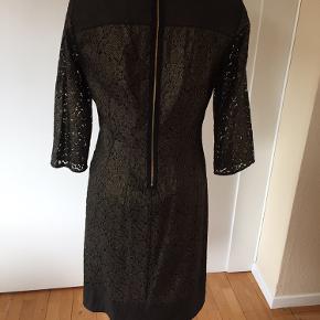 Flot Inwear blondekjole i sort og guld. Perfekt til efterårets og vinterens fester. Str. 36. 3/4 lange ærmer, foret, lynlås i ryg.
