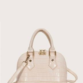 Sælger denne fede beige taske, super flot og aldrig brugt Pris; byd😌