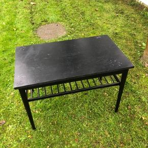 Trænger til en gang maling og bordpladen sidder ikke fast på stellet