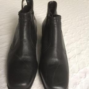 Varetype: Støvletter Størrelse: 5.5 = 38/5 Farve: Sort Oprindelig købspris: 650 kr.  Lækre støvletter, med let foer og lille hæl. Kun brugt indendøre i få timer, så er helt som nye.  MP= 225 pp. ( Når det er budt, sættes der lukketid på annoncen.).