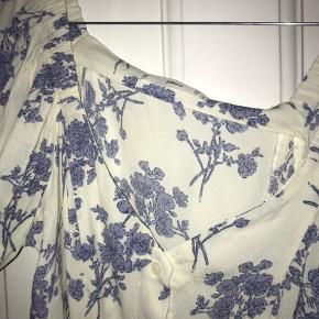 Kjole fra Mango. Bindes bagpå og ærmerne kan bruges off shoulder. Brugt 1 gang.
