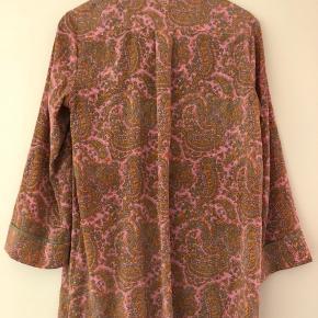 Helt ny skjorte i den lækreste silke Let stretch  Rosa og kaki mønstret Fine detaljer ved syninger osv Pyjamas stil  Stor str 36. Passer en Small Medium