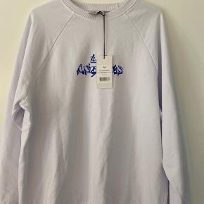 Sælger denne sweatshirt fra Nakd (collab med Emilie Malou), da den var et fejl køb, eftersom modellen er udsolgt og derfor udgået, kunne det være at en anden var interesseret🥰 (ingen bud under købspris, eftersom den ellers bare returneres)