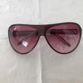 Flotte solbriller fra Pilgrim i rosa/lilla nuance. I god stand bortset fra nogle af de små sten er faldet ud. Ikke noget man bemærker ved brug synes jeg.  Men ellers næsten som ny uden ridser i glas.  Selve kassen medfølger - den er slidt men god at sende briller beskyttet i. Pudseklud medfølger ikke.   Tag et stk gratis tøj med ved køb a værdi 25 kr