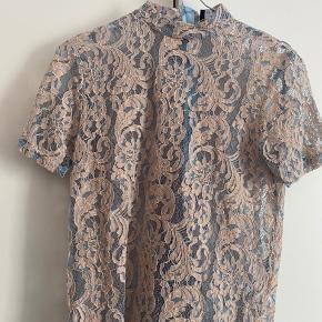Smuk beige og lyseblå bluse. Str S