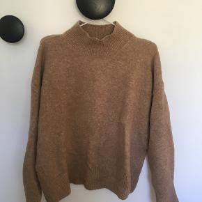 Tøjpakke med 5 stk. bluser alle str. M: Ichi stribet H&M brun højhalset Vila grå med v-hals Jaqueline de Yong brun Minimum rødmeleret Sælges kun samlet.