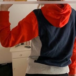 Champion hættetrøje i grå med rød hætte og ærmer, og navy blå bagpå Brugt få gange