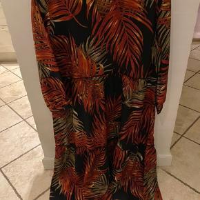 Kjole, Ny, med prismærke. Otterup - Etage maxi kjoler Prisen er pr stk. Kjole, Otterup. Ny, med prismærke, Aldrig brugt og stadig med prismærke. Har ingen skader eller tegn på brug