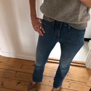 Jeans Flare fra Lee   Brugt 2 gange - fremstår som nye Str 27/31 (lidt små i størrelsen). Passer str 26/27  90,5% cotton 8% polyester  1,5 % elasthane   Livvidde: ca 2x35 cm (kan strækkes til ca 2x38 cm) Indvendig benlængde: ca 76 cm Udvendig benlængde: ca 103 cm  Bytter ikke