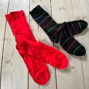 Herresokker str. 45/46 Røde i ulden kvalitet med små sorte prikker - brugt få gange Sorte med striber i bomuldskvalitet - vasket men aldrig brugt - Grøn rød grå blå turkis orange stribe  30 kr./par Begge par 50 kr.  Strømper sokker uldnesokker uldnestrømper herrestrømper sokker hosen uld jul julesok str. 45 str. 46 accessories