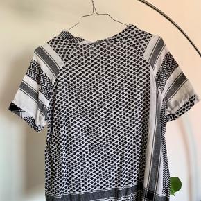 Cecilie Copenhagen t-shirt, one of a kind, det er den eneste af sin slags, passes af en størrelse 36.