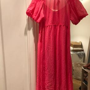 Rigtig smuk pink kjole, som stadigvæk har prismærke i.  Prisen er uden porto og jeg sender kun mine ting :)