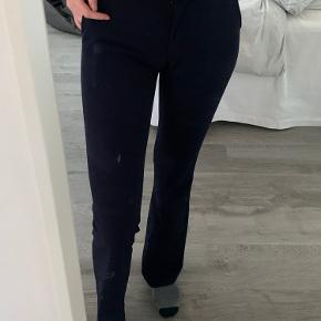 Flare bukser fra design by si. Er i generel pæn stand, men har nogle brugstegn. Skriv for flere billeder💙