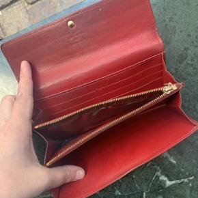 """Vintage pung fra Louis Vuitton model """"Sarah"""" af vernis læder.  Der medfølger ikke originalt købstilbehør til pungen.  Pungen fremstår i fin velholdt stand, med brugsspor og slid på indersiden.  Pungen måler ca 19x11cm."""