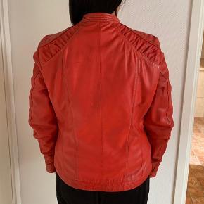 Flot rød læderjakke med lynlås. Brugt få gange, meget fin stand.  Str. 40. Sælges for 300