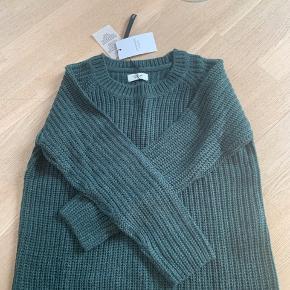 Jacqueline de Yong sweater sælges. Aldrig brugt stadig med pris mærke. Har også sweateren i gul kan ses inde på min profil.🌈🌈