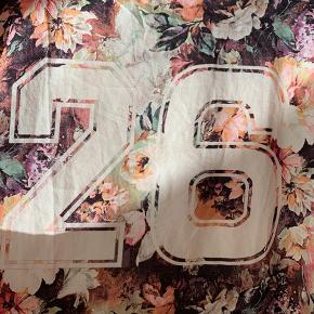 Sød t-shirt med 26 og blomstermotiv