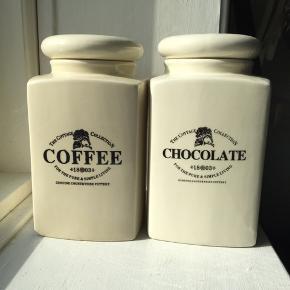 Romantiske krukker til kaffe og kakao. Gummiring ved låg til at sikre, indholdet holder sig friskt.  Højde: 18,5 cm L/B: 10,5 cm  20kr pr styk. 30 kr for begge.