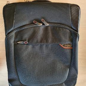 Samsonite computertaske L=53 cm B=38 cm D=18 cm Med hængelås Masser af gode rum og detaljer Brugt 1 gang Pris 300,- pp