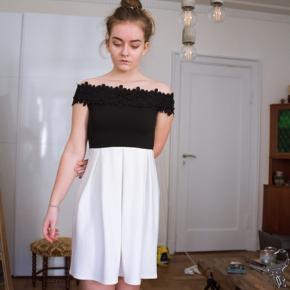 Super sød kjole i hvid og sort, off the shoulder! Passer en xs/s  Har fine detaljer🌹