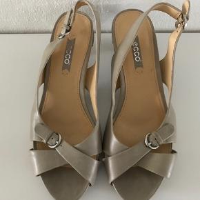 Ecco sandaler med lille hæl og spænde str. 37. Aldrig brugt. Kan sendes for 39 kr.