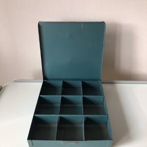 Rustik og patineret værktøjskasse i metal med 9 rum. Kan fx også bruges til smykker 📿💍  ▪️Velkommen i shoppen 🤩👗☘️ ▪️Bud er altid velkomne 🌹📸💰 ▪️Tager ikke billeder med tøjet på ‼️‼️ ▪️Sender udvalgte varer 📦🔍💌 ▪️Afhentning nær Nørrebro st. ☑️ ▪️Ingen byttehandler 🔁🌸🖖🏼🌼