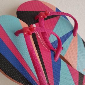 Havaianas Pink Flat Resort 🌸 Aldrig brugt. Fuldkommen som nye.  Har alt for mange Havaianas - derfor sælges de. Er en str. 37/38 i Brasilien som svarer til en størrelse 39/40, som der også står på klipklapperne.   Kan afhentes på Nørrebro eller sendes med DAO.